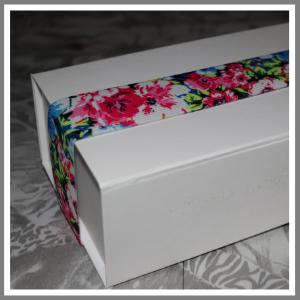 Gaveæske med elastikbånd blomster pink