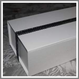 Gaveæske med elastikbånd sølv og sort