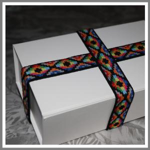 Gaveæske med elastikbånd spraglet