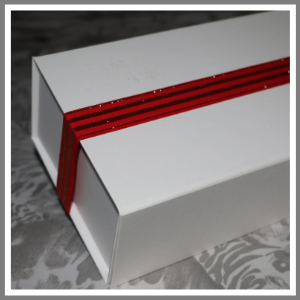 Gaveæske med elastikbånd rød og guld