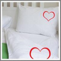 Sengetøj, pude og dyne med strygemærke hjerte